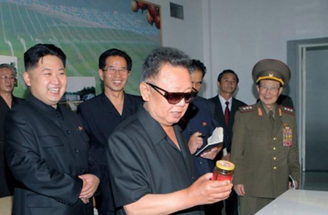 Kim Dzsong Il rövidujjú ingben