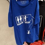 Olyan pólót árult a Carrefour, amin egy férfi a mélybe lök egy nőt