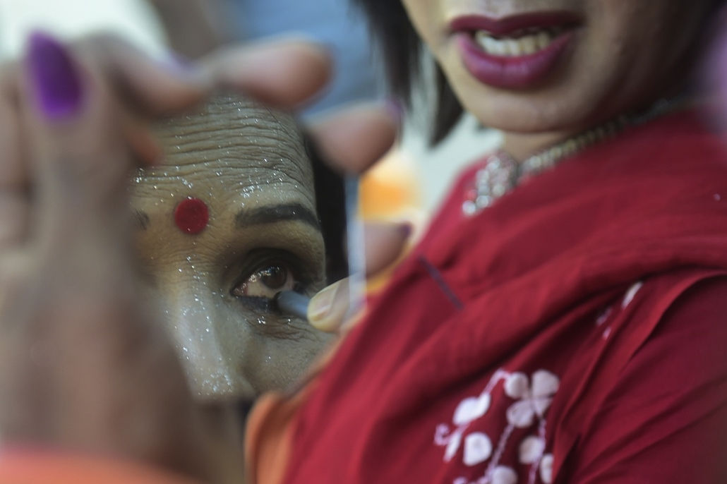 afp. 2014.11.10. Dhaka, Banglades, A Bangladeshi hijra - transgender -applies pencil eyeliner prior to a rally marking the first ever nationwide program to observe 'Hijra Day' in Dhaka on November 10, 2014. On November 10, 2013, the Bangladesh government
