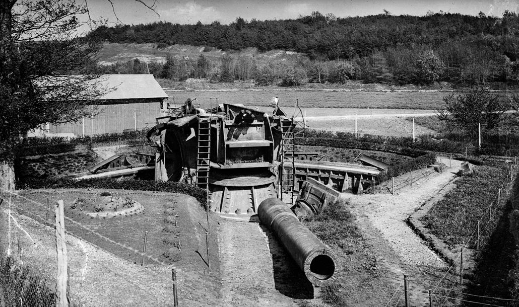 """afp. Somme-i csata - Guerre 1914-1918. La """"grosse Bertha"""", canon à longue portée, abandonnée par les Allemands, à Chuignes (Somme)."""