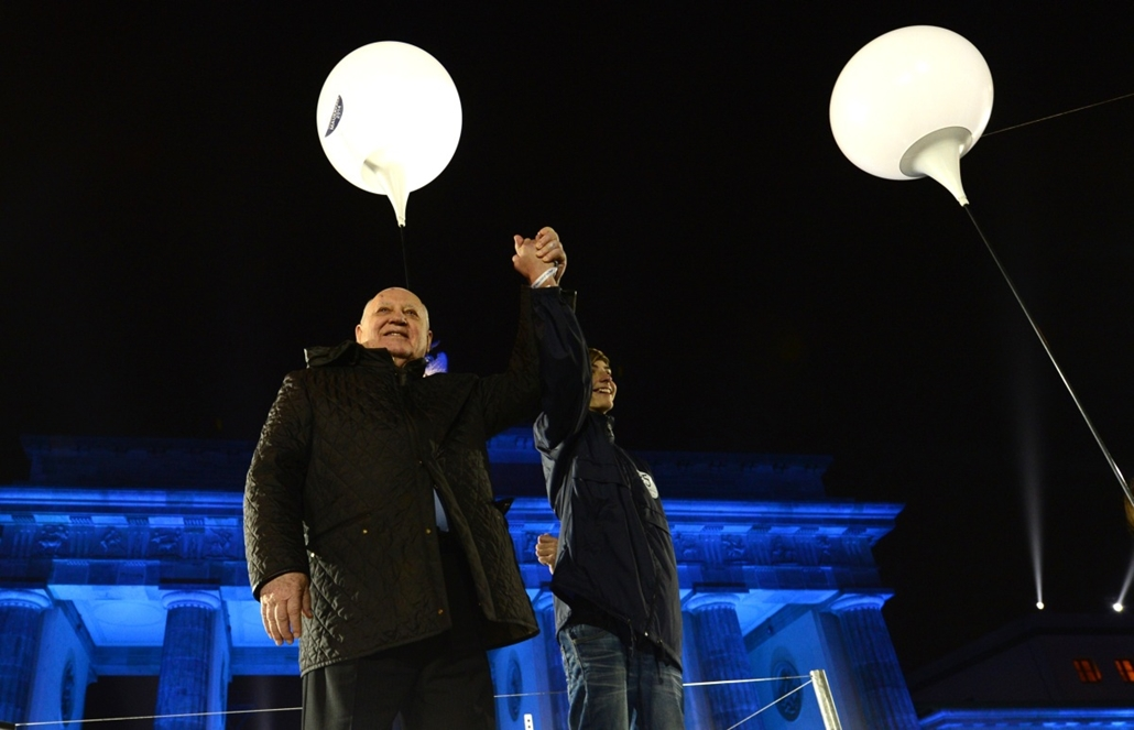 afp. Berlini fal leomlásA 25 éve 2014.11.09. Last Soviet leader, Mikhail Gorbachev waits prior to releasing a balloon during a Street Party organized by German governement to mark the 25th anniversary of the fall of the Berlin Wall, in front of the Brande