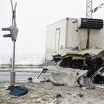 Ronggyá gyűrődött a vonattal karambolozó teherautó eleje Detken – fotók