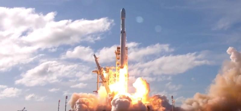 Történelmet írt a SpaceX: fellőtték az óriási Falcon Heavy rakétát, Elon Musk Teslája meghódítja az űrt is