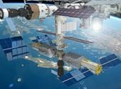 Kívülről is megnézik az űr-hajósok, hogy sikerült-e befol-tozni a Szojuzon keletkezett lyukat