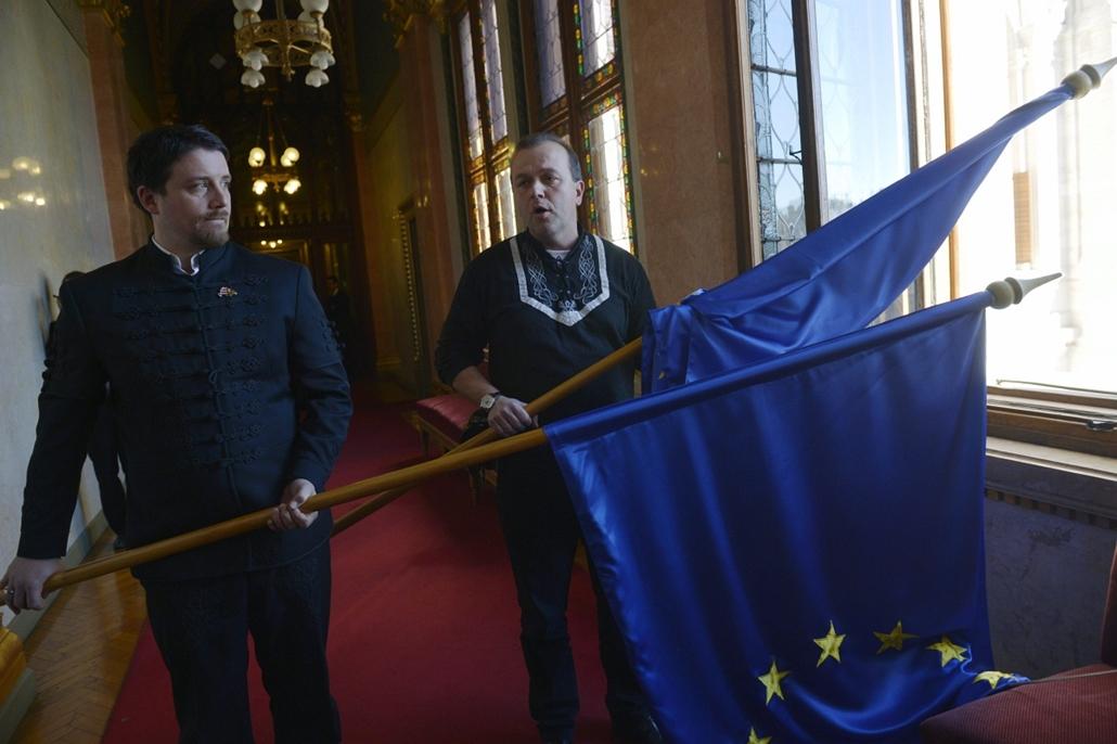 mti.14.02.13. - Gaudi Nagy Tamás kidobta az EU zászlót, tiltakozva a földtörvény ellen - rúddal együtt