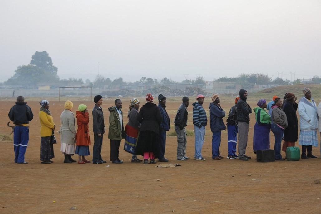 epa. hét képei - Johannesburg, 2014. május 7. Szavazáshoz állnak sorban az emberek a dél-afrikai parlamenti választásokon Johannesburgban 2014. május 7-én.