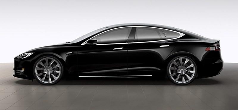 A nap fotói: hogyan került ez a Subaru a Tesla tetejére?