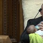 Babával a karján vezényelte le az ülést az új-zélandi parlament elnöke