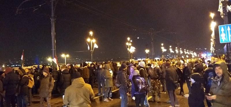 Kiürült a Kossuth tér, a tüntetők nagy része a köztévéhez vonul