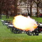Fotók: ágyútűz II. Erzsébet királynő 87. születésnapja alkalmából