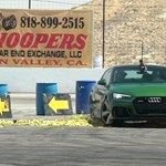 A nap videója: több száz banánhéjon drifteltek az Audi RS5-tel, de mennyire csúszik meg az autó?