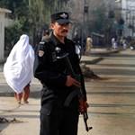 Diáknak öltözött merénylő ölt meg harmincegy katonát Pakisztánban
