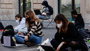 Nem mindennapi látvány a római utcákon: így tiltakoznak a diákok az iskolabezárások ellen