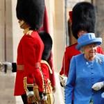 Elállta a királynő útját Trump, II. Erzsébet lazán megkerülte