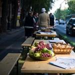 A nap képe: piknik az Andrássy úti parkolóhelyeken