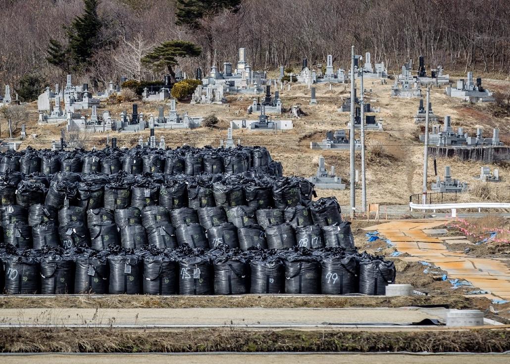 epa.15.03.06. - Iitate, Fukusima, Japán: szennyezett talajjal töltött zsákok állnak halomban a jobbára lakatlan Fukusima prefektúrabeli Iitate faluban - Fukusima, katasztrófa, 7képei
