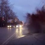 Videó: felrobbant az aszfalt az autó alatt, ömlött bele a szennyvíz