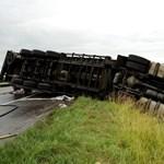 Fotó: árokban egy kamion - felborult az élet az M3-ason