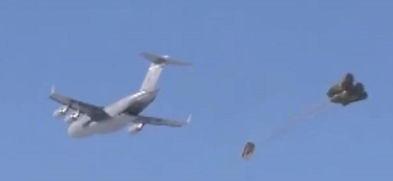 Ilyen, amikor ejtőernyővel érkezik a katonai terepjáró – videó