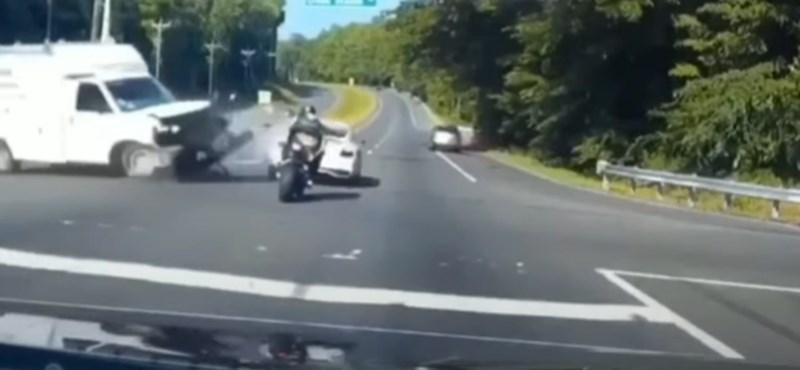 Extrém szerencsés volt a motoros, aki egy Bentleyvel versenyzett az utcán