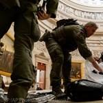 A zavargások után egy képviselő térdre ereszkedett, és elkezdte összeszedni a szemetet a Capitoliumban