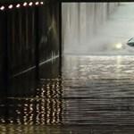 Tehetetlenül sodródott egy Audi az esővízzel teli kecskeméti aluljáróban