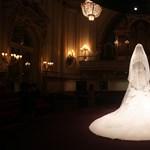 Fotó: a csodálatos esküvői ruha októberig látható Londonban