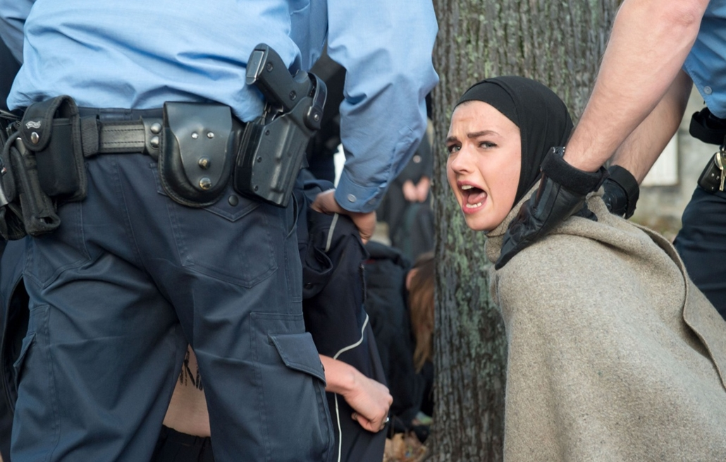 afp. hét képei - Berlin, Németország, 2014.10.27. iráni nagykövetség, tüntetés - Police officers evacuate an activist from the women rights organization FEMEN during a protest in front of the Iranian embassy in Berlin on October 27, 2014. The women protes