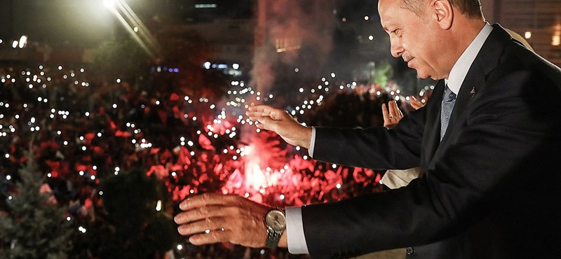 A török néptől és Putyintól kér segítséget Erdogan a líra összeomlásának megállításához