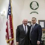 Mintha mi se történt volna, boldogan mosolyog az amerikai nagykövet Orbán mellett
