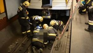 Így mentették ki a metró alá esett utast a tűzoltók – videó