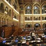 Államcsődbe lökheti Magyarországot az új alkotmány