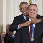 Obama még utoljára jól megszórta kitüntetésekkel a kedvenceit