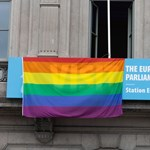 Kitűzték az Európai Parlament épületére is a szivárványszínű zászlót