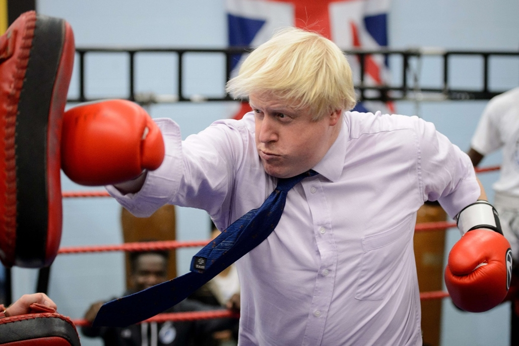 afp. hét képei - London, Egyesült Királyság, Mayor of London Boris Johnson boxes with a trainer during his visit to Fight for Peace Academy  in North Woolwich, London, on October 28, 2014. Fight for Peace uses boxing and martial arts combined with educati