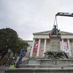 Daruval emelték ki Arany Jánost a Múzeumkertből, megszépítve viszik vissza – fotók