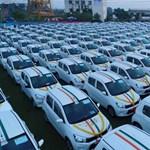 Szerény ünnepség keretében 600 autót osztottak ki a dolgozók közt