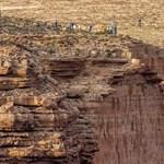 A Grand Canyonba zuhant egy turista fotózás közben
