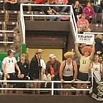 Trump falát éltették a diákok egy iskolai meccsen