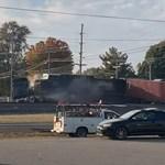 Tehervonat kaszálta el a síneken ragadt kamiont – videó
