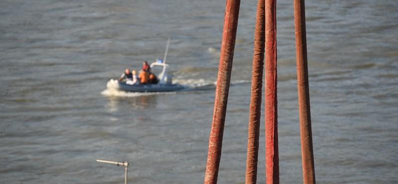 Tovább keresik a Dunában a Hableány négy dél-koreai utasát