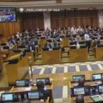 Pofonok csattantak a dél-afrikai parlamentben - videó