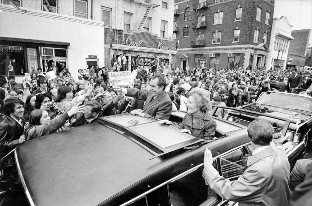 1972.11.06. - Richard Nixon híveinek integet New York utcáin - Nixonnagyitas