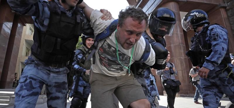 Százakat vettek őrizetbe Moszkvában, mert tüntettek