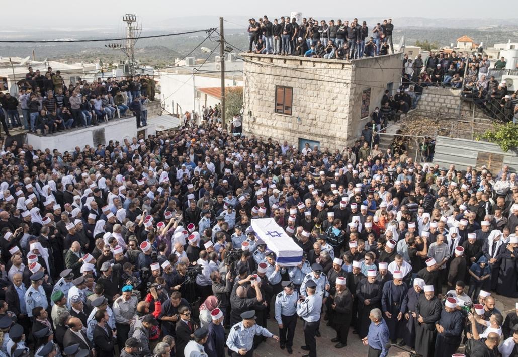 afp.14.11.19. - Yanuh-Jat, Izrael: izraeli rendőrök viszik elhunyt kollégájuk, Zidan Saief koporsóját - megtámadták a zsinagógát