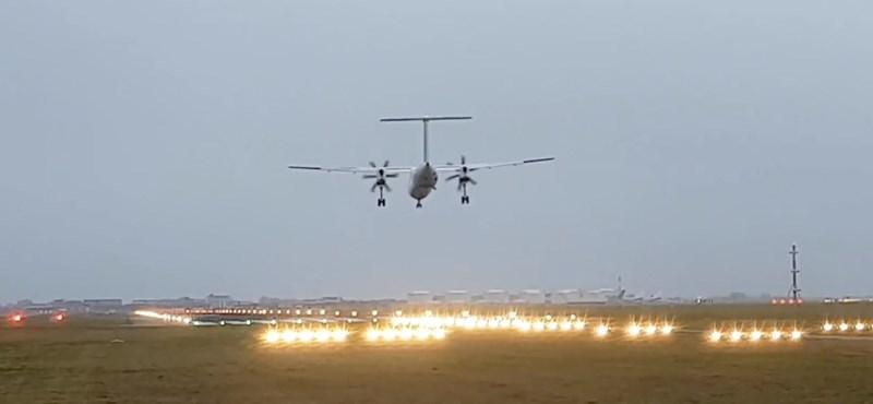 Éppen szállt le a repülő, amikor földet éréskor kitört az egyik futómű – videó