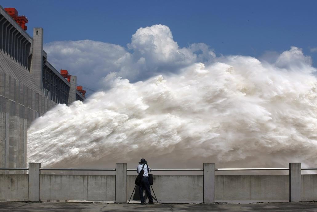 afp. hét képei - 2014.09.03. Yichang, Kína, óriáshullám