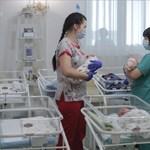 Megrendítő fotók örökbefogadott csecsemőkről, akikért nem tudtak menni a vírus miatt