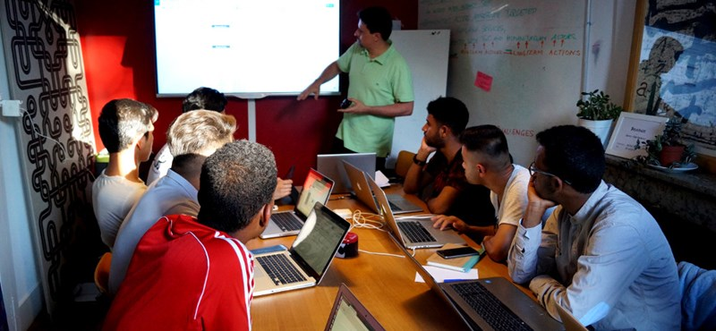 Menekültekből informatikus: így küzdené le a mai kor problémáit egy fiatal
