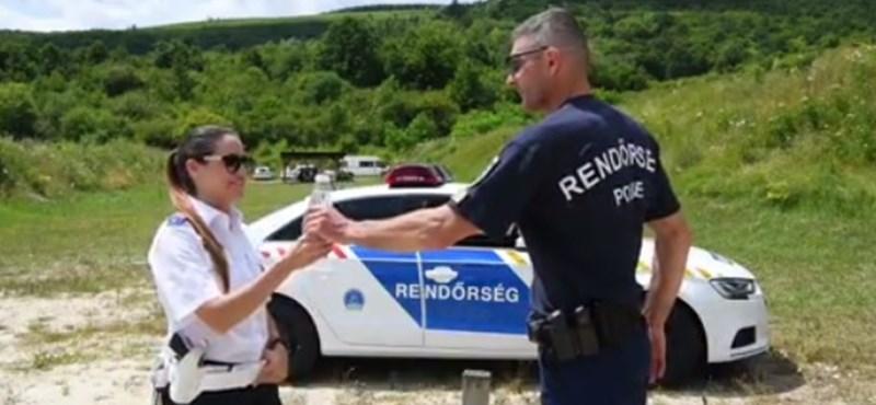 Ismeri a viccet, hogyan oldja meg a magyar rendőr a kupakkihívást?